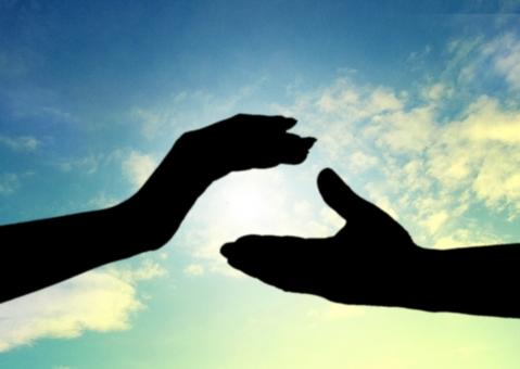 手と手を取り合い、苦難を乗り越える